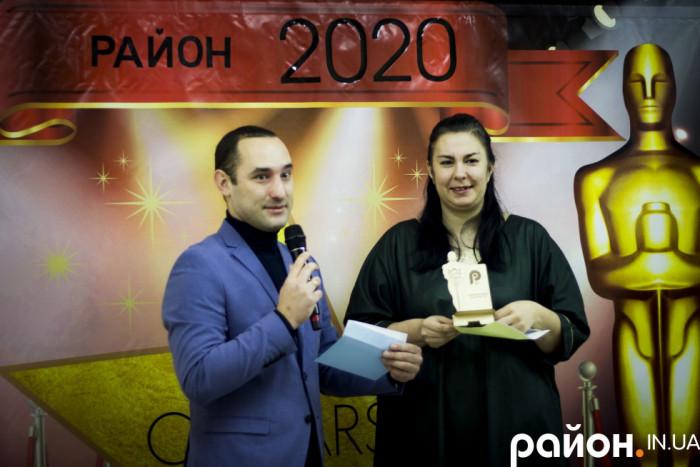 Редакторка сайту Район.Свалява Ольга Магас отримує нагороду