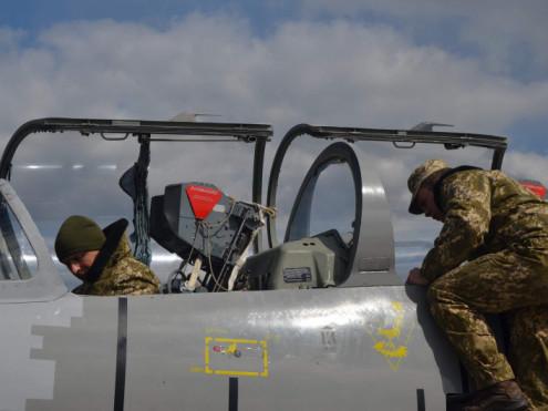 На Луцькому військовому летовищі тренуються пілоти