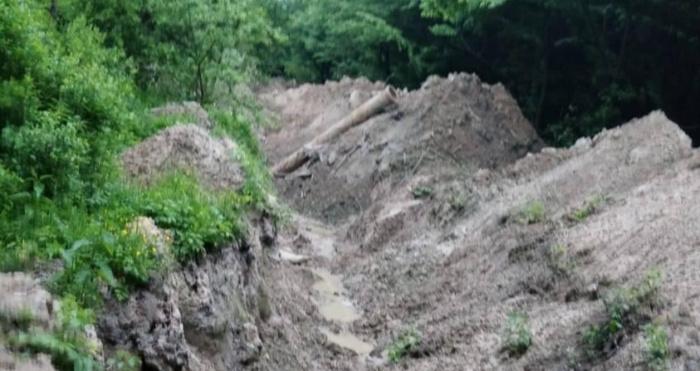 Траншея, яку викопали для ліквідації каналізаційної труби