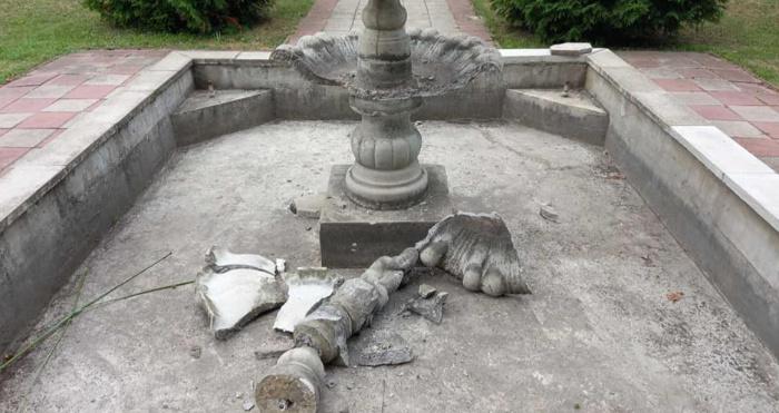 У Турійську вандали потрощили фонтан і ліхтар