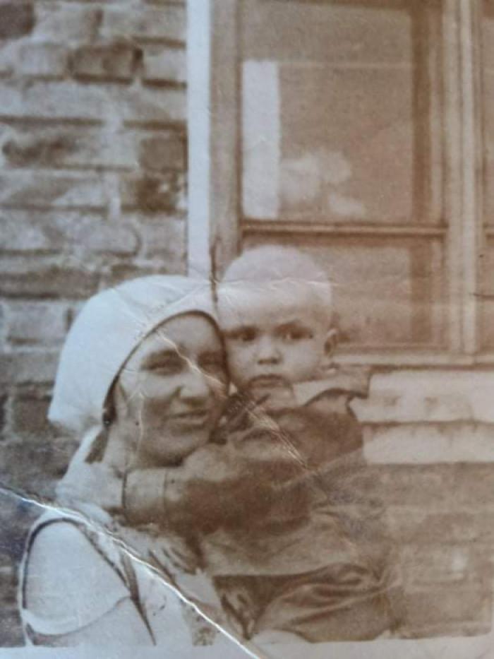 Віктор з прийомною мамою