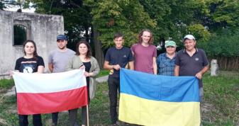 У Голобах волонтери розчистили від чагарників старий польський цвинтар