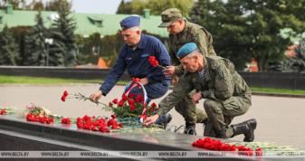 """Російські військові, які беруть участь у навчаннях """"Захід-2021"""" покладають квіти до Вічного вогню Брестської фортеці. Фото зроблене 13 вересня"""