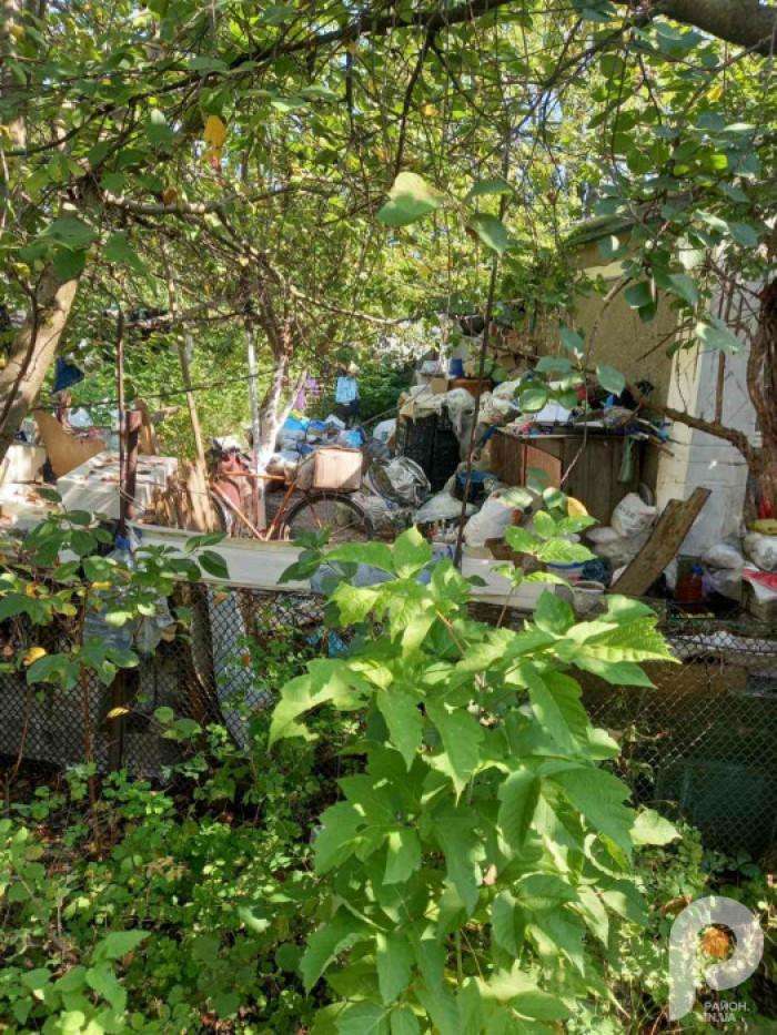 Гори сміття, яке знаходиться на подв