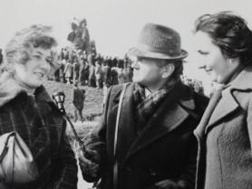 Василь Федчук бере інтерв'ю у студенток в Кортелісах під час відкриття пам'ятника.