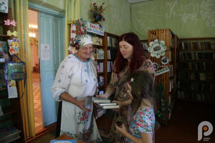 Ганна Гороженко подарували книги місцевій бібліотеці. Із завідувачкою Галиною Ковальчук