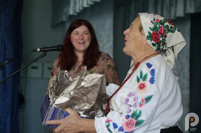 Завідувачка музею Лідія Редчук не могла стримати емоцій, розкриваючи подарунок.