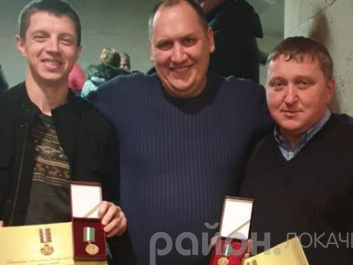 Віталій Лісецький (крайній справа) з друзями-волонтерами