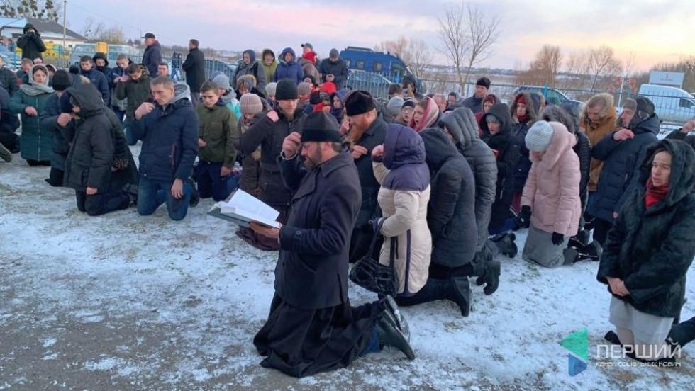 Прихильники УПЦ МП моляться біля Свято-Миколаївської церкви у Жидичині