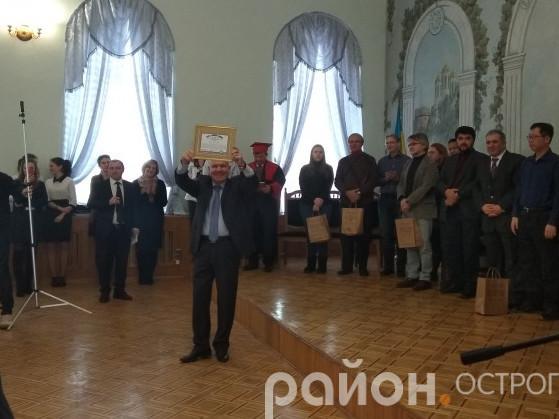Ректор НаУОА Ігор Пасічник демонструє диплом «Книги рекордів України»