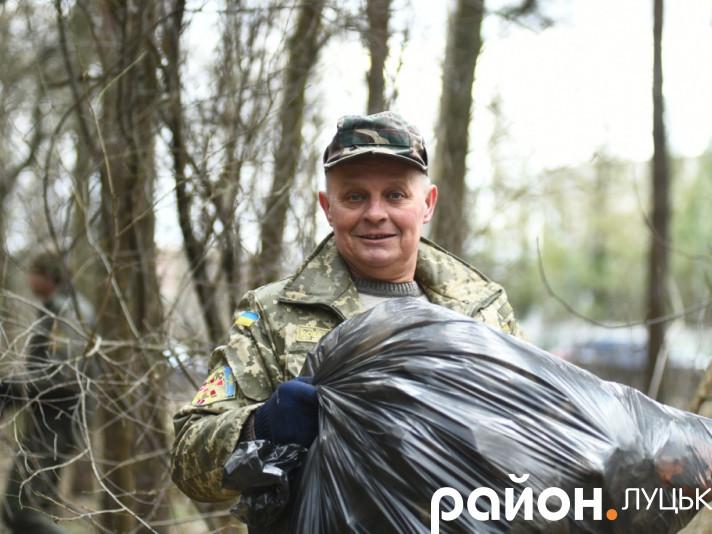 З лісу поблизу Луцька вивезли три КамАЗи сміття