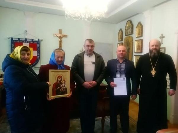 Парафіяни з Миркова забрали у Михаїла указ про приєднання до ПЦУ