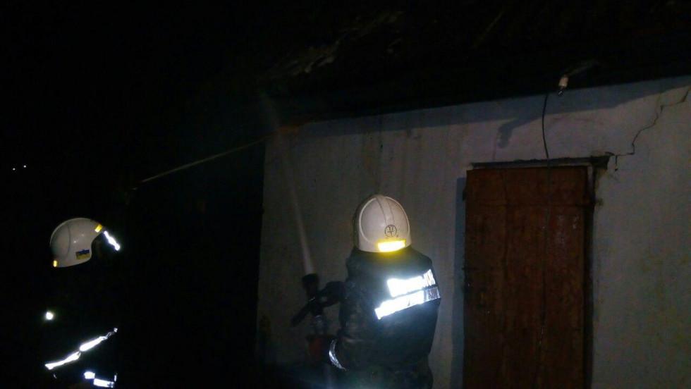 Рятувальники працюють ліквідовують пожежу