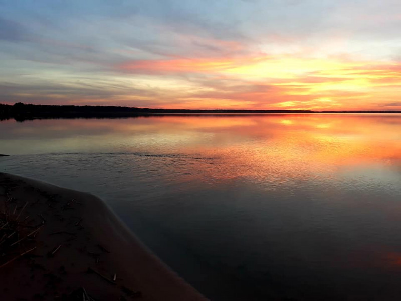 У мережі опублікували фото неймовірного заходу сонця на Світязі