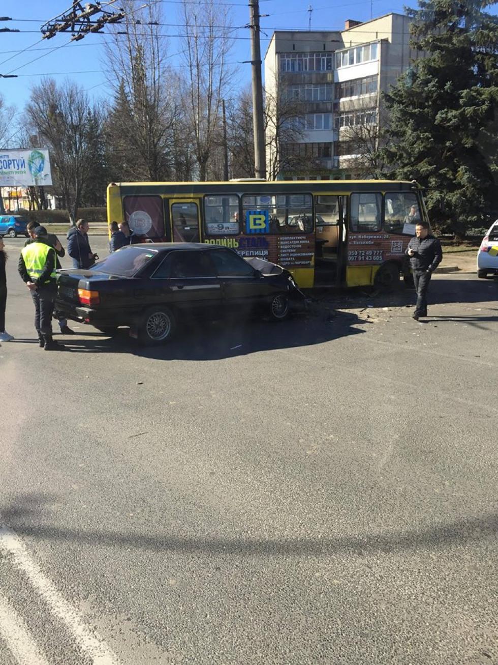 Маршрутне таксі №9а та легковик марки Audi зазнали значних механічних пошкоджень