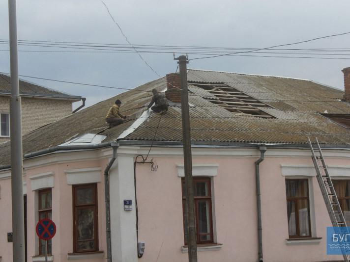 На Волині сильний вітер зніс частину даху на будівлі