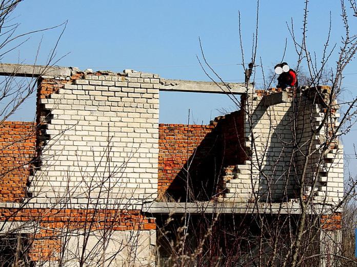 Іваничі: діти граються на закинутому будівництві