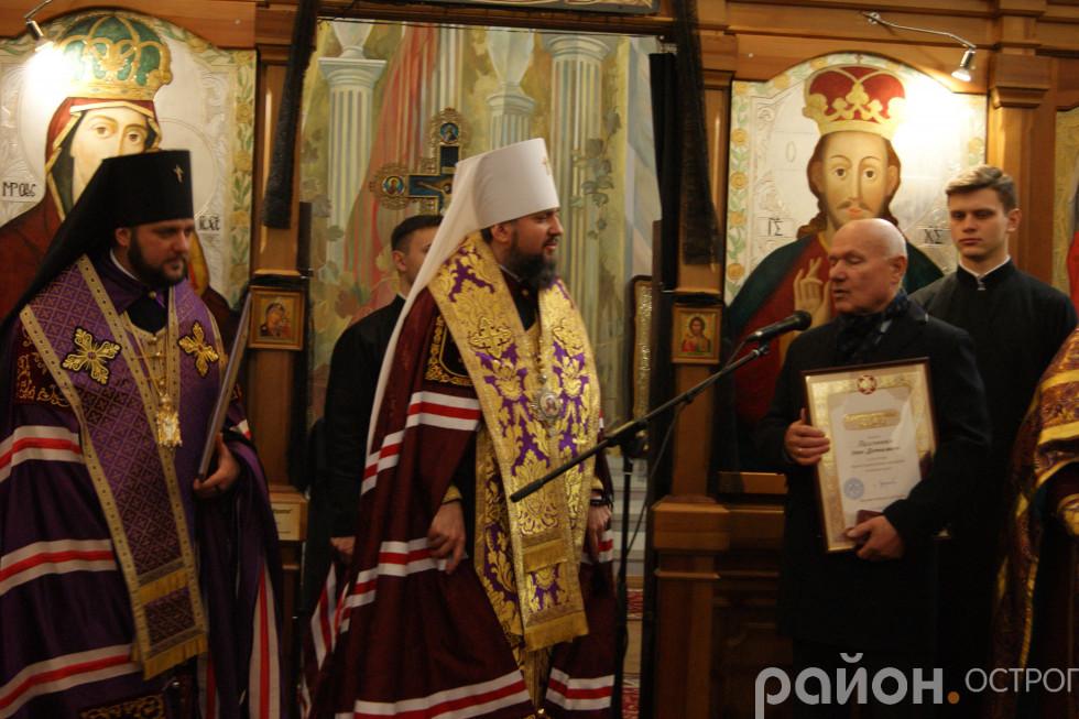 Ігор Пасічник отримує благословенну грамоту
