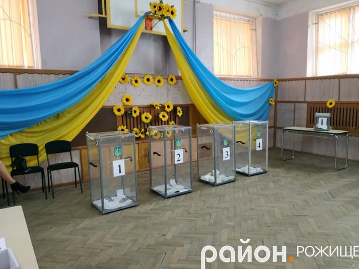 У школі № 1 приміщення ДВК гарно прикрасили державною символікою.
