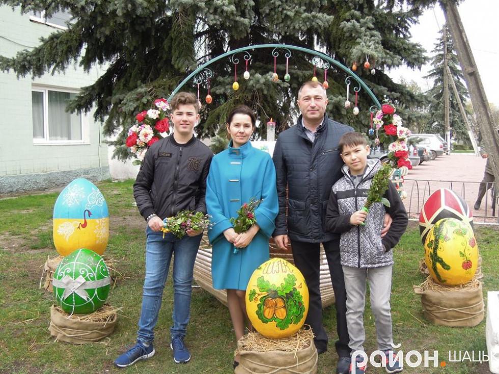 Директор коледжу Ігор Жмурко з сім'єю біля композиції