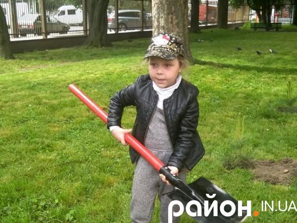 Дівчинка Міланка садить деревце