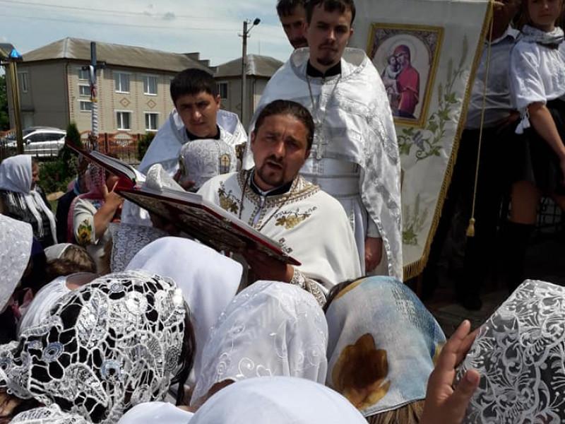 Настоятель храму отець Юрій зі своїми папафіянами