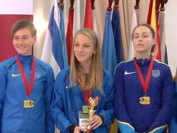Іванна Кух (посередині)