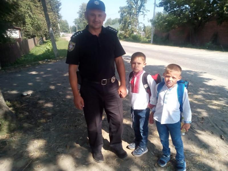 У Ратному поліцейські відводили дітей до школи