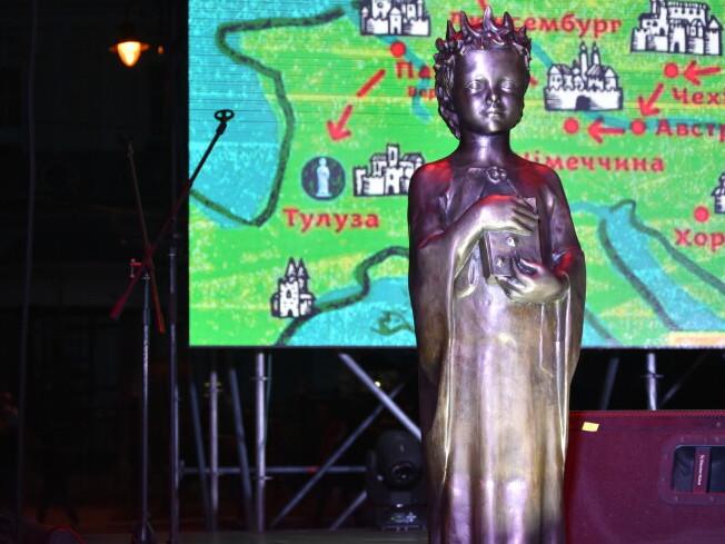 Представникам міста вручили подарунок-пам'ятник Анні Київській
