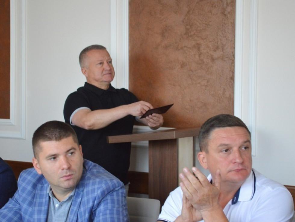 Олег Самчук (крайній зліва) на засіданні виконавчого комітету