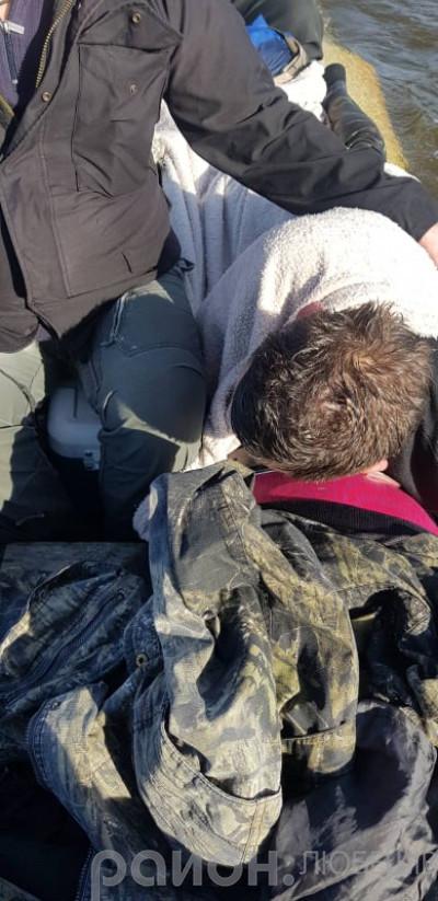 Врятованих на березі вкрили куртками