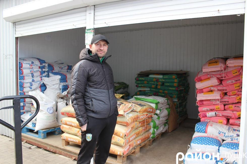 Підприємець Юрій тут вже 11 років. Він чекає колег