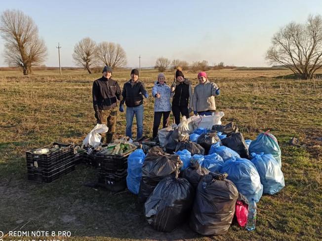Прибрали територію від сміття