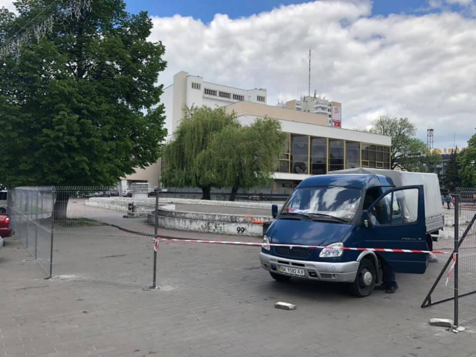 У центрі Луцька, на Театральній площі,розпочали демонтаж бетонного басейну