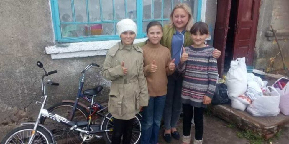 Дівчата разом із волонтеркою