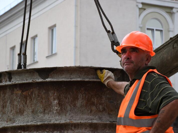 Як будують фонтан у центрі Луцька