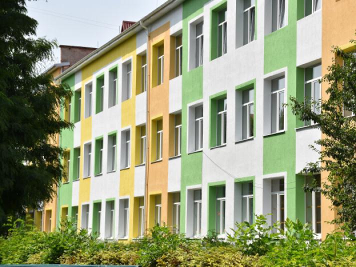 Школу №15 у Луцьку розфарбували яскравими кольорами