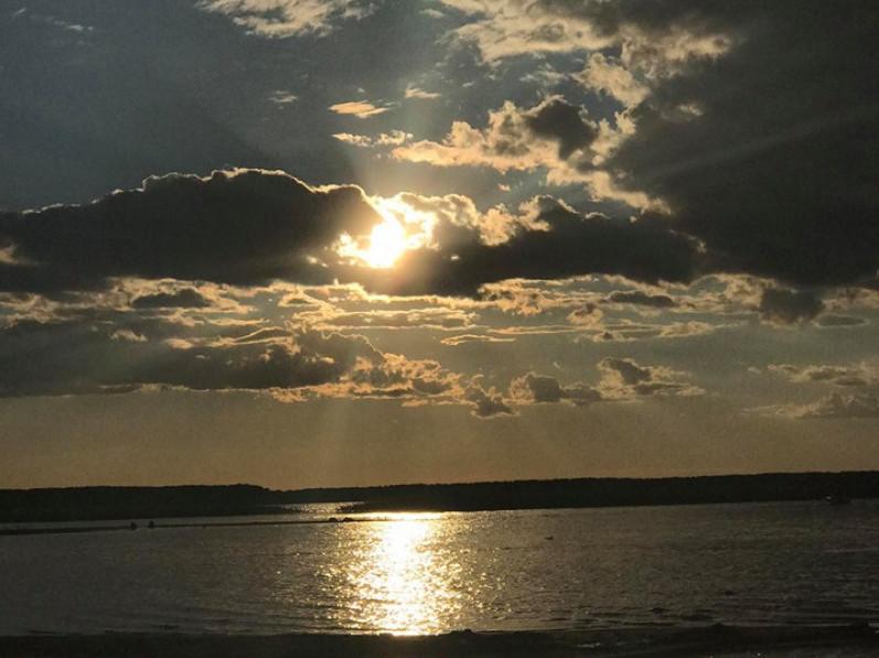 Різнобарвний Світязь: фото заходу сонця на волинському озері