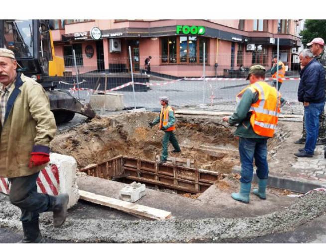 У Луцьку в екстремальних умовах ремонтують обвал труби: перекрили дорогу