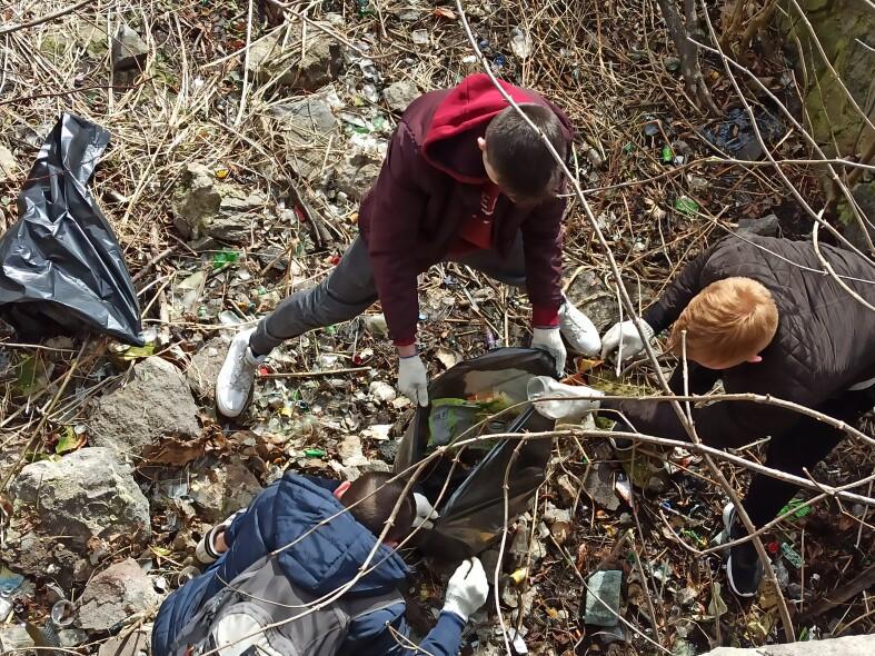 Понад 200 лучан вийшли на прибирання прибережної смуги річки Сапалаївки