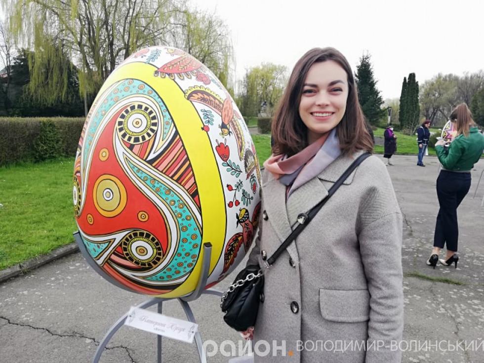 Катерина Юрчук біля своєї роботи