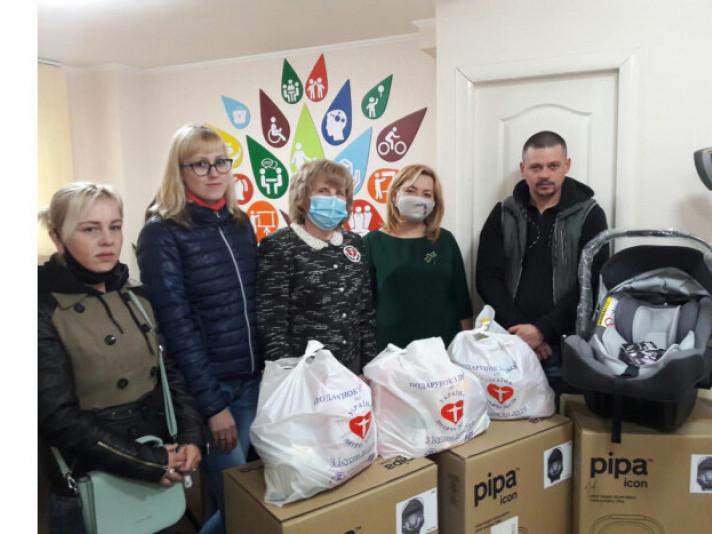 Трьом сім'ям у Луцьку на рік подарували автомобільні крісла