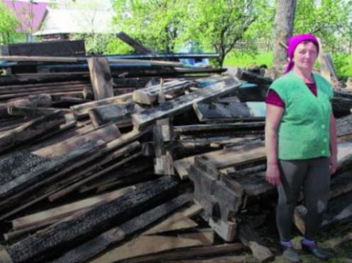 Галина Дмитрук біля згорілого будинку