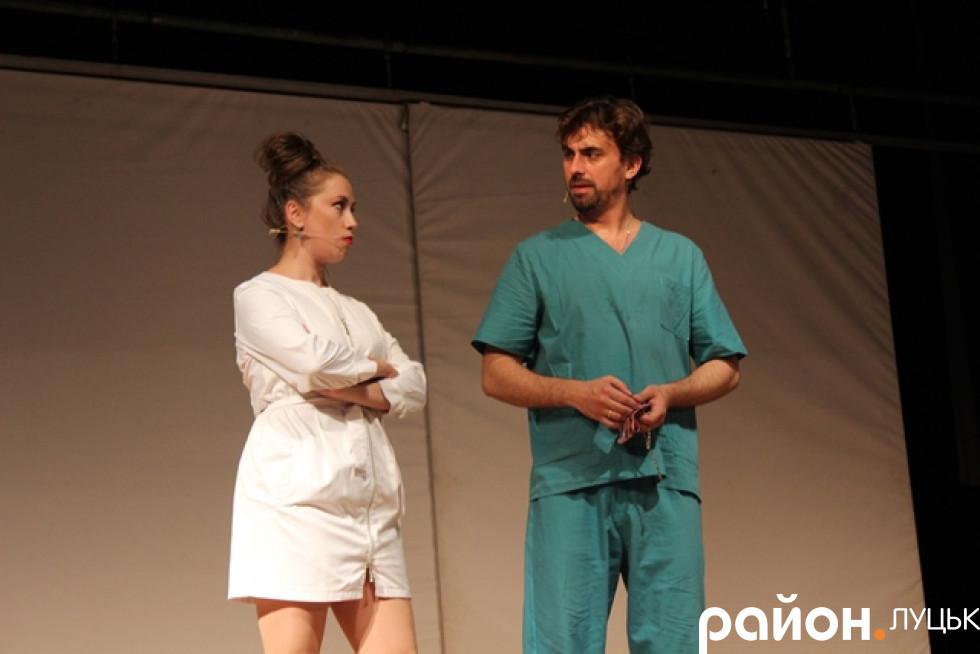 Лікар вирішує запросити акторку-невдаху