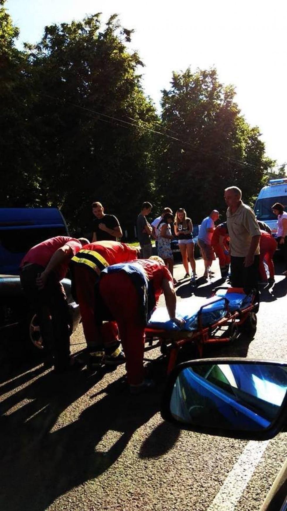 Легковик збив двох дівчат на пішоходному переході