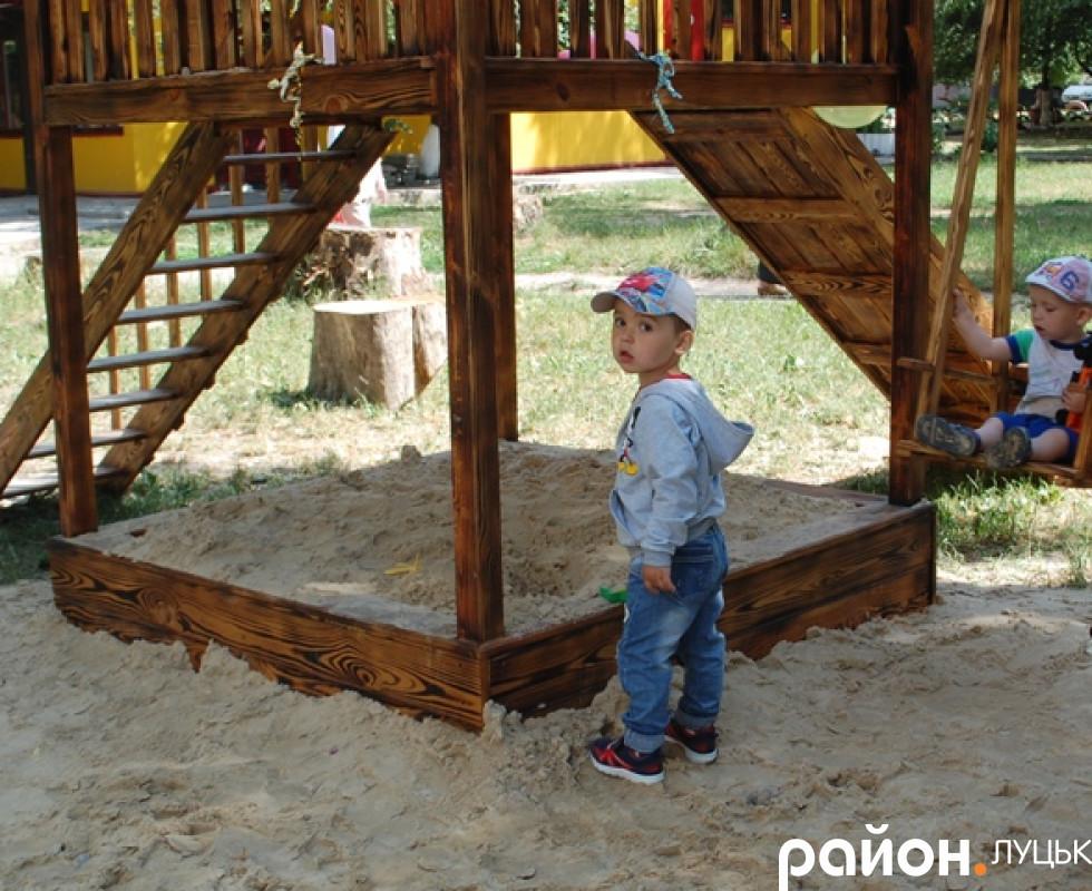 В пісочниці бавитимуться дітки з задоволенням