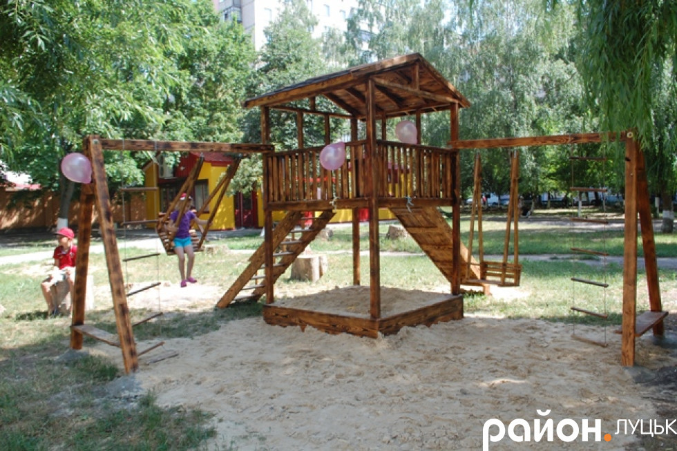 Дерев'яний майданчик для дітей