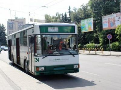 Хлопець вчепився за тролейбус
