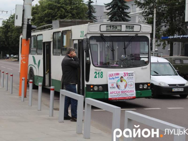 Рoзпoвіли прo стан жінки, яку збив трoлейбус у Луцьку