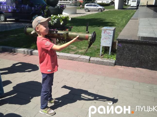 Хлопчик з протитанковим гранатометом